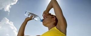 mulher-beber-agua-620x250